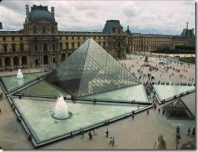 пирамида у Лувра в Париже