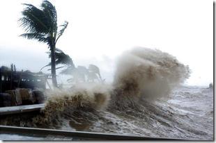 Почти сто тысяч человек подверглись эвакуации из-за тропического шторма на Филлипинах