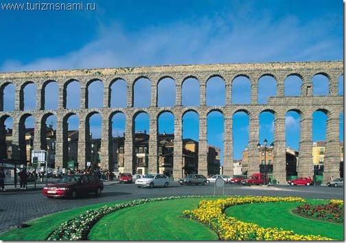 Римский Акведук в испанском городе Сеговия