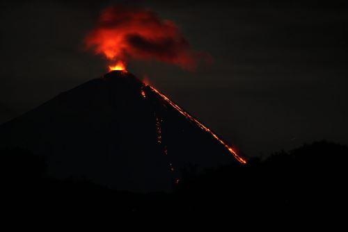 извержение вулкана, поток лавы