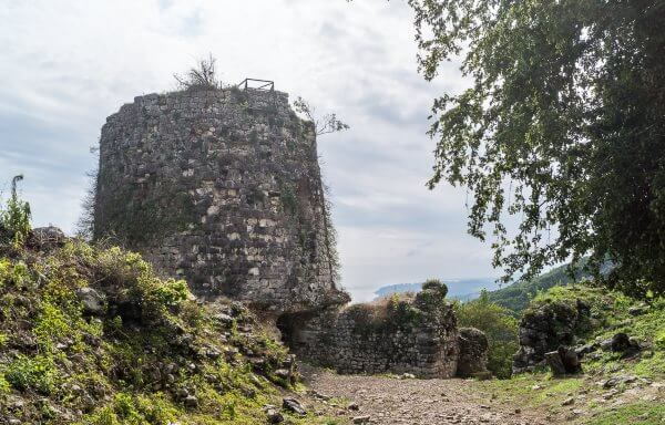 Фото: вторая линия укреплений, башня